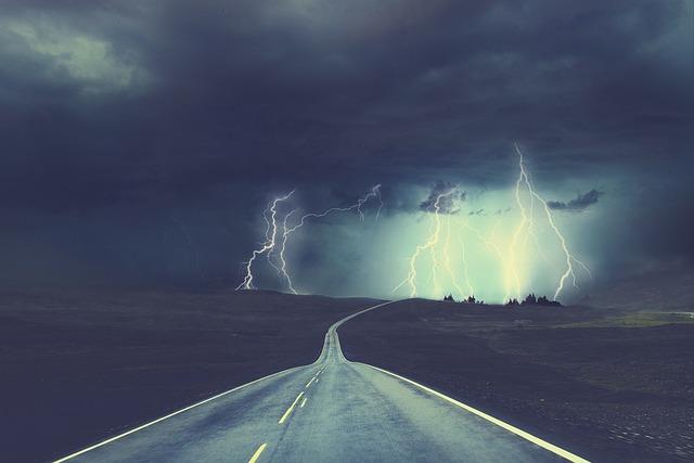 道路の先で雷が落ちる